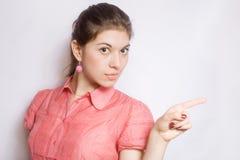 Portrait des Mädchens, einen Finger zeigend. Stockbilder
