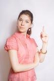 Portrait des Mädchens, einen Finger zeigend. Lizenzfreie Stockbilder