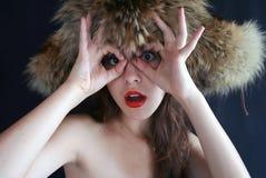 Portrait des Mädchens in einer Pelzschutzkappe. Lizenzfreie Stockfotografie