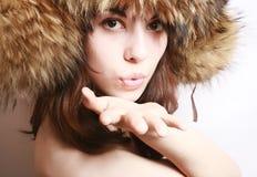 Portrait des Mädchens in einer Pelzschutzkappe. Lizenzfreie Stockfotos