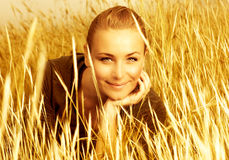 Portrait des Mädchens im goldenen Weizen Stockfotos