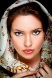 Portrait des Mädchens mit altem russischem Schal auf Kopf Stockfotografie