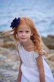 Portrait des Mädchens mit blauer Blume lizenzfreie stockfotografie