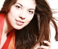 Portrait des Mädchens mit einem roten Schal. Lizenzfreie Stockbilder