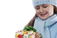 Portrait des Mädchens mit einem Weihnachtsgeschenk. Stockfotografie