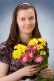 Portrait des Mädchens mit Farbenchrysantheme Lizenzfreie Stockfotografie
