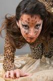 Portrait des Mädchens mit Gesichtkunst des Leoparden stockfoto