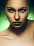 Portrait des Mädchens mit grünen Augen und den Lippen stockbilder