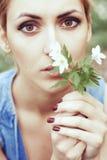 Portrait des Mädchens mit weißen Frühlingsblumen Stockfoto
