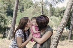Portrait des mères heureuses de lesbiennes avec un bébé Fami homosexuel Photographie stock