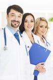 Portrait des médecins au bureau médical image stock