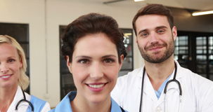 Portrait des médecins de sourire clips vidéos