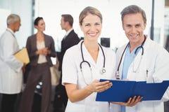 Portrait des médecins heureux avec le presse-papiers photo libre de droits