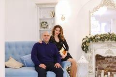 Portrait des ménages mariés contre lesquels pose et se repose sur le divan Photo libre de droits
