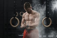 Portrait des mains de applaudissement et de la préparation d'athlète musculaire de crossfit à la séance d'entraînement au gymnase photographie stock