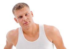 Portrait des Mannes aufwerfend auf weißem Hintergrund Lizenzfreies Stockbild