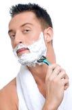 Portrait des Mannes das, der mit Schaumgummi sich rasiert lizenzfreie stockfotografie