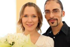 Portrait des Mannes in den Gläsern und im blonden Mädchen Lizenzfreies Stockfoto