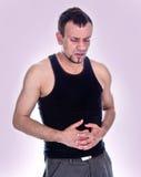 Portrait des Mannes, der die Magenschmerz hat Stockbild