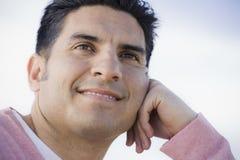 Portrait des Mannes draußen lächelnd lizenzfreie stockfotografie