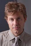 Portrait des Mannes in ergattertem Hemd und in Gleichheit Lizenzfreies Stockfoto