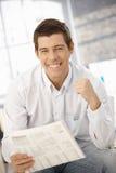 Portrait des Mannes glücklich über Nachrichten Lizenzfreie Stockfotos