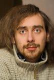 Portrait des Mannes Kamera friedlich betrachtend lizenzfreies stockfoto