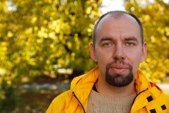 Portrait des Mannes mit Bart im Herbstpark Stockbilder