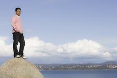 Portrait des Mannes stehend auf Felsen stockfotografie