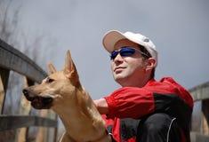 Portrait des Mannes und des Hundes Lizenzfreie Stockfotos