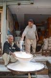 Portrait des marchands de farine dans la rue célèbre de nourriture, Lahore, Pakistan Image stock