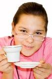 Portrait des Mädchens. Das Mädchen trinkt orange Tee Stockfotografie