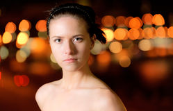 Portrait des Mädchens gegen Nachtstadt Stockfoto