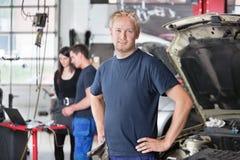 Portrait des Mechanikers im System Lizenzfreies Stockfoto