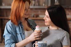 Portrait des meilleurs amis mangeant le dessert Photo libre de droits