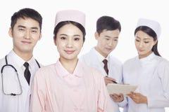 Portrait des membres du personnel soignant, des médecins et des infirmières, tir de studio photo stock