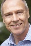 Portrait des mittleren gealterten Mannes, der an der Kamera lächelt Stockfotos