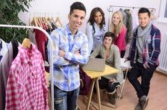 Portrait des Modedesignerteams bei der Arbeit Lizenzfreie Stockfotos