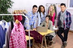 Portrait des Modedesignerteams bei der Arbeit Stockbilder