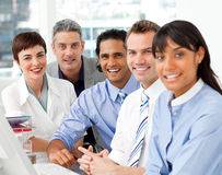Portrait des multiethnischen Geschäftsteams bei der Arbeit