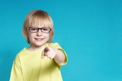 Portrait des netten Jungen in den Gläsern Stockfotografie