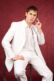 Portrait des netten Kerls in der weißen Klage Lizenzfreies Stockfoto