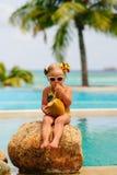 Portrait des netten Kleinkindmädchens mit Kokosnuss Lizenzfreies Stockfoto