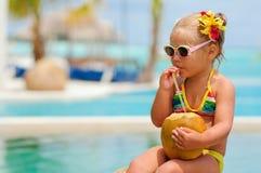 Portrait des netten Kleinkindmädchens mit Kokosnuss Stockbild