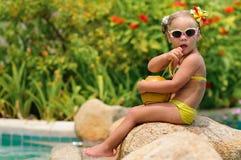 Portrait des netten Kleinkindmädchens mit Kokosnuss Stockfotos