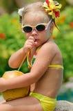 Portrait des netten Kleinkindmädchens mit Kokosnuss Lizenzfreies Stockbild