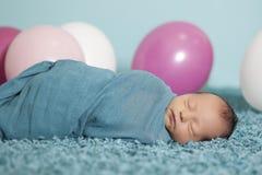 Portrait des neugeborenen Babys mit Ballonen Lizenzfreie Stockfotografie