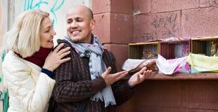 Portrait des oiseaux de alimentation de sourire affectueux de couples mûrs Photos libres de droits