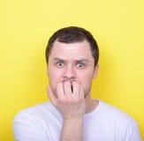 Portrait des ongles acérés de l'homme sur le fond jaune Photographie stock libre de droits