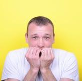 Portrait des ongles acérés de l'homme sur le fond jaune Image libre de droits